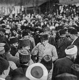 Tam boyut i�in resme t�klay�n.  Ad�:  Ataturk_sameday_his_mother_passedaway.jpg G�sterim: 41 Boyutu:  24.7 KB ID: 14240