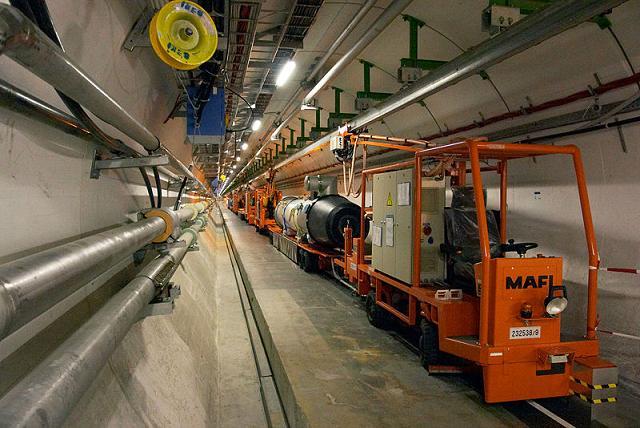 Ad:  Inside_the_CERN_LHC_tunnel.jpg Gösterim: 251 Boyut:  57.7 KB
