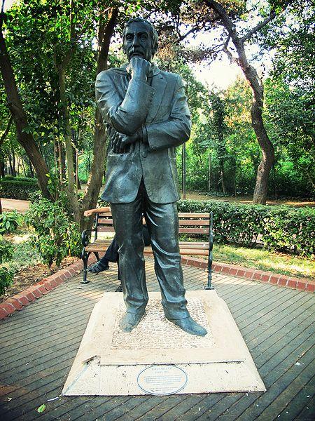 Ad:  450px-Ilhan_selcuk_statue.jpg Gösterim: 134 Boyut:  115.7 KB