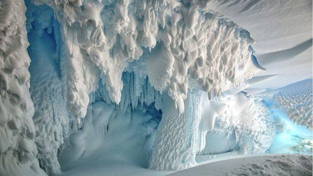 Ad:  _97720412_ice_cave_5_insideanicecaveontheerebusglaciertonguerossislandantarcticanearmcmurdostati.jpg Gösterim: 329 Boyut:  41.8 KB